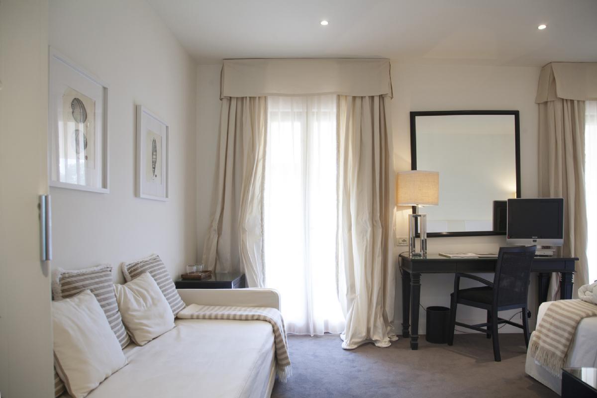 Camera deluxe hotel forte dei marmi california park - Divano letto hotel ...